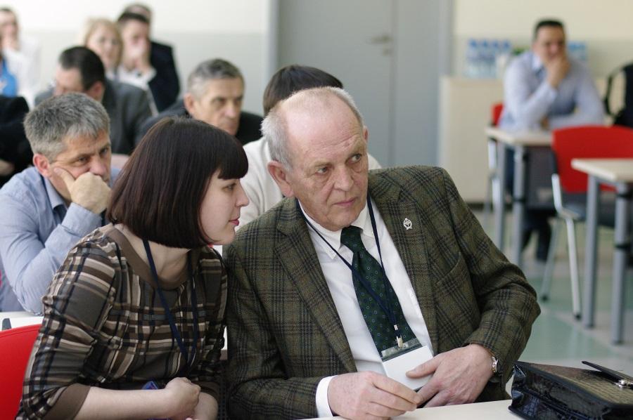 Karl Bauer слушает докладчика