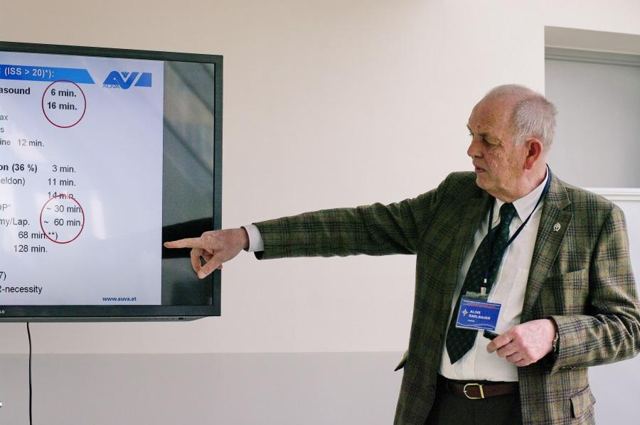 Karl Bauer читает лекцию