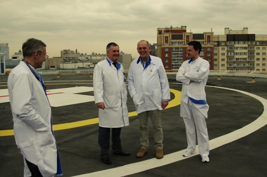 На вертолетной площадке на крыше клиники